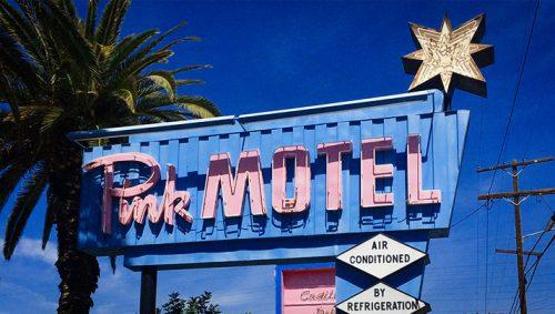 El motel rosa que se tiño de rojo